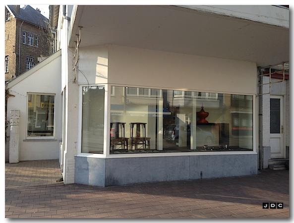 Juwelenwinkel naast het gemeente is terug heropend