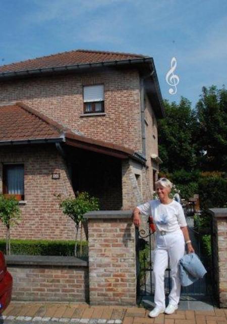 Secretaris en koorleidster Gemma Dubois voor haar villa