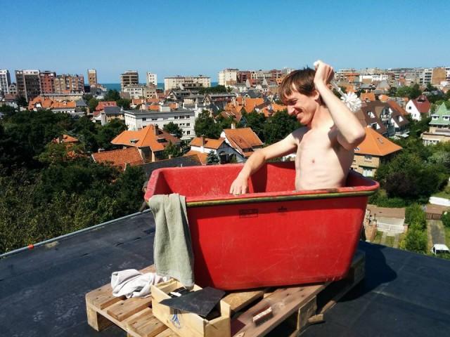 Foto van eigenaar die een bad neemt tijdens de restauratie op het dak van villa Les Sablines (boven rechts)