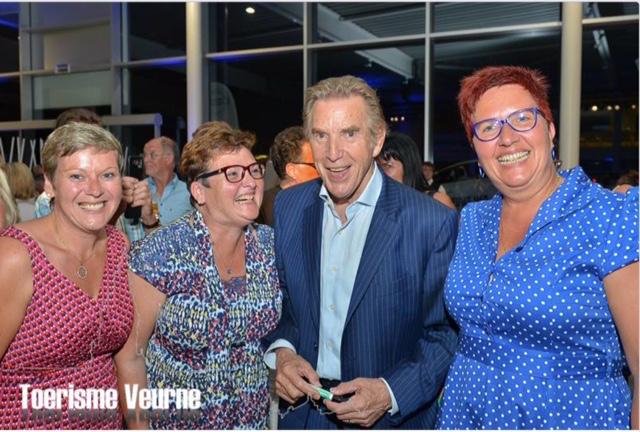 Foto met Will Tura genomen op de VIP receptie na zijn optreden. Vlnr: Fanny (zus van Kathy), kathy, will, en katrien van toerisme